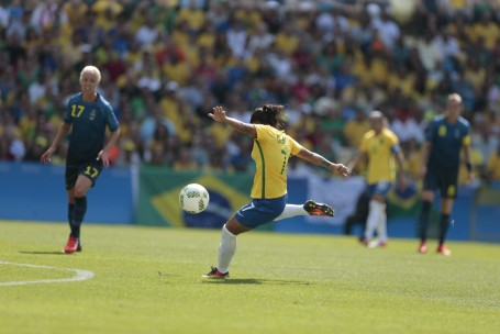 Goleira brasileira Bárbara tocou pela primeira vez na bola aos 44 minutos  do primeiro tempo. O Brasil dominou completamente o jogo 1a736153c23d5