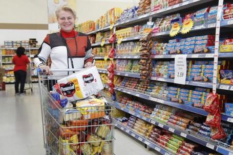Mesmo com produtos em falta no mercado, a pedagoga Elenise Gumy Silva Polli, 57, fez uma compra maior do que o normal